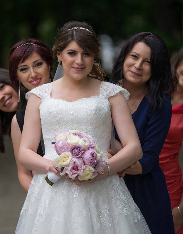 Mihaela, o mamica fericita si fermecatoare in rochia de mireasa
